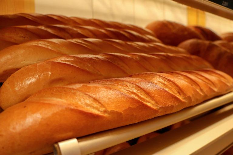 Landbäckerei Koch - Baguettes in der Bäckerei-Auslage