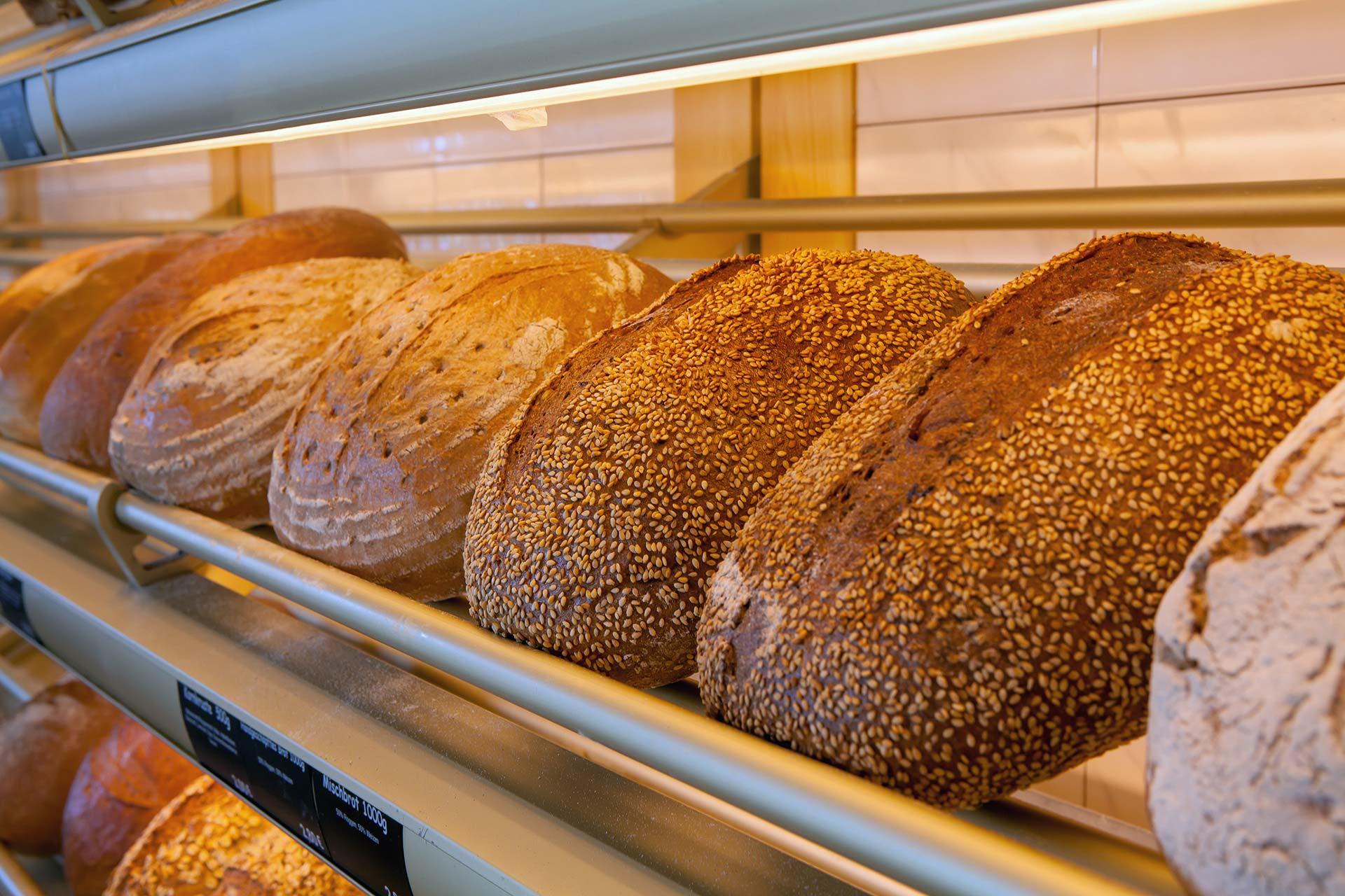 Landbäckerei Koch - Brote in der Bäckerei-Auslage