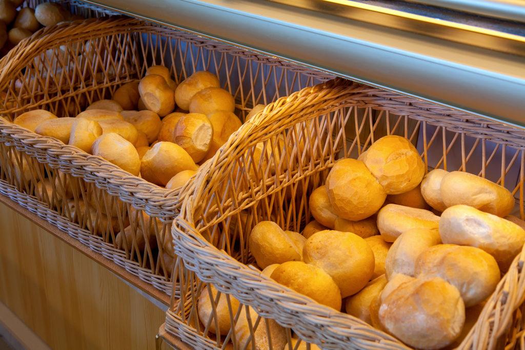 Landbäckerei Koch - Brötchen (Semmel) in der Bäckerei-Auslage