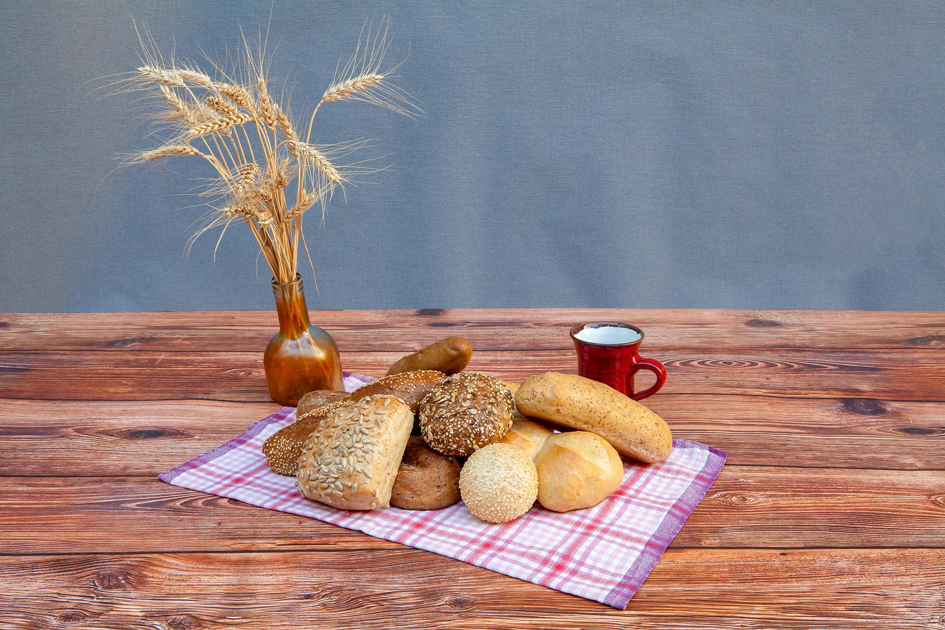 Landbäckerei Koch - Verschiedene Sorten an Brötchen auf Tischtuch