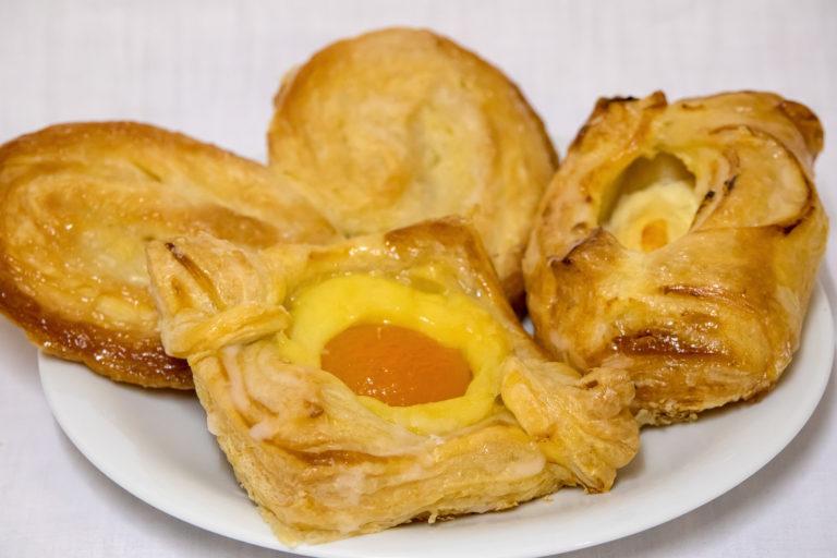 Landbäckerei Koch - Kleingebäck aus Blätterteig auf Teller