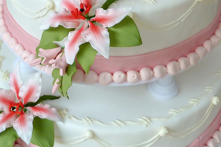 Torten: Hocheitstorte, rund, vierstöckig, rosa-weiß - Detail